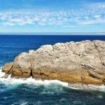 Horizonte rocoso y azulado