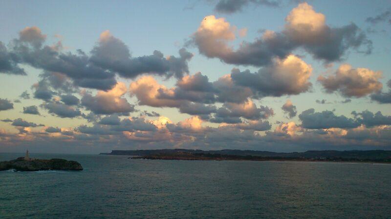 'Atardecer en la isla de Mouro'. La foto está tomada desde la península de la magdalena mirando a la isla de Mouro mostrando un bonito atardecer. Autora: Carolina Calleja