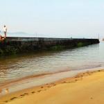 Sube la marea en el espigón de la playa de Bikinis