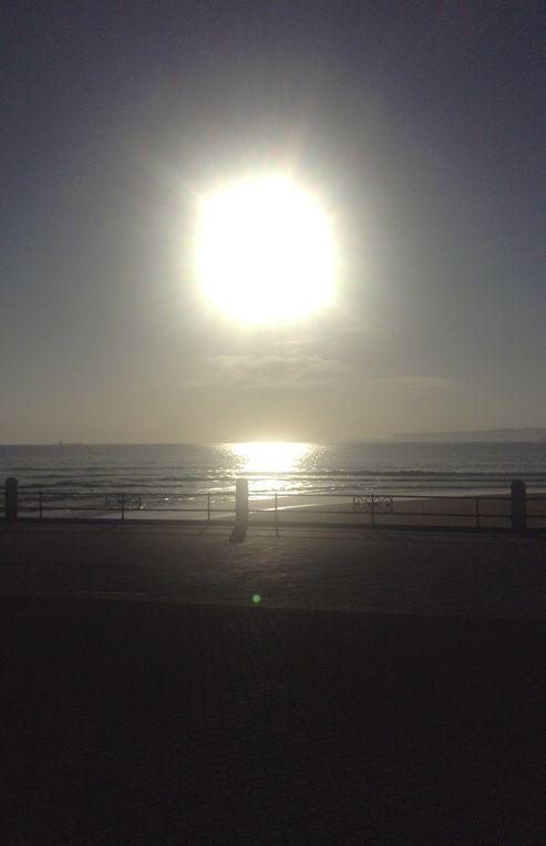 'Sol sobre el Cantábrico'. Esta foto fue tomada a las 8 de la mañana en la 2ª playa del sardinero, con un espectacular amanecer, donde se refleja el sol sobre el mar cantábrico, que lo hace aún más bonito. Autor: Jesús Agüero Arce
