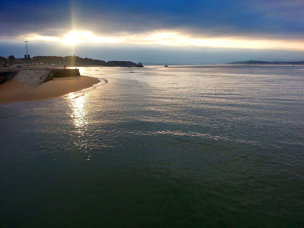 'La bahía de Santander recibiendo los primeros rayos de sol del día'. Autor: Jesús Enrique Carraza