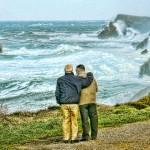 'La amistad contra viento y marea'. Dos viejos amigos, uno de ellos con una enfermedad avanzada que le impide caminar sin ayuda, contemplan el temporal por la zona de Somocuevas. Autor: Jorge Atienza