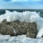 'La fuerza de la naturaleza'. En Somocuevas las olas rompen con fuerza y sobrepasan las enormes rocas de la costa. Autor: Jorge Atienza