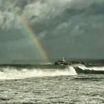 'Un poco de color en un día gris'. Un arcoiris nos sorprendió mientras fotografiaba la marejada en el Sardinero. Autor: Jorge Atienza