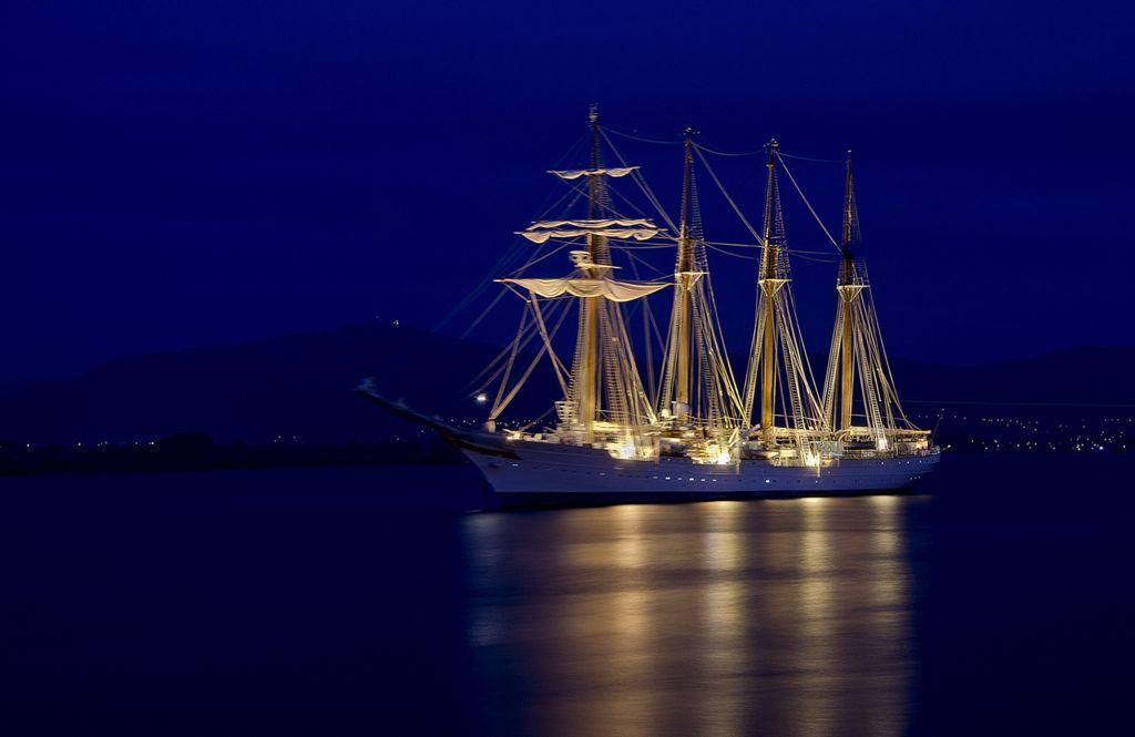 'Elcano se adormece'. Bajo la mirada de Peña Cabarga y mecido por la bahía, Elcano se adormece. Autor: José Luis del Castillo