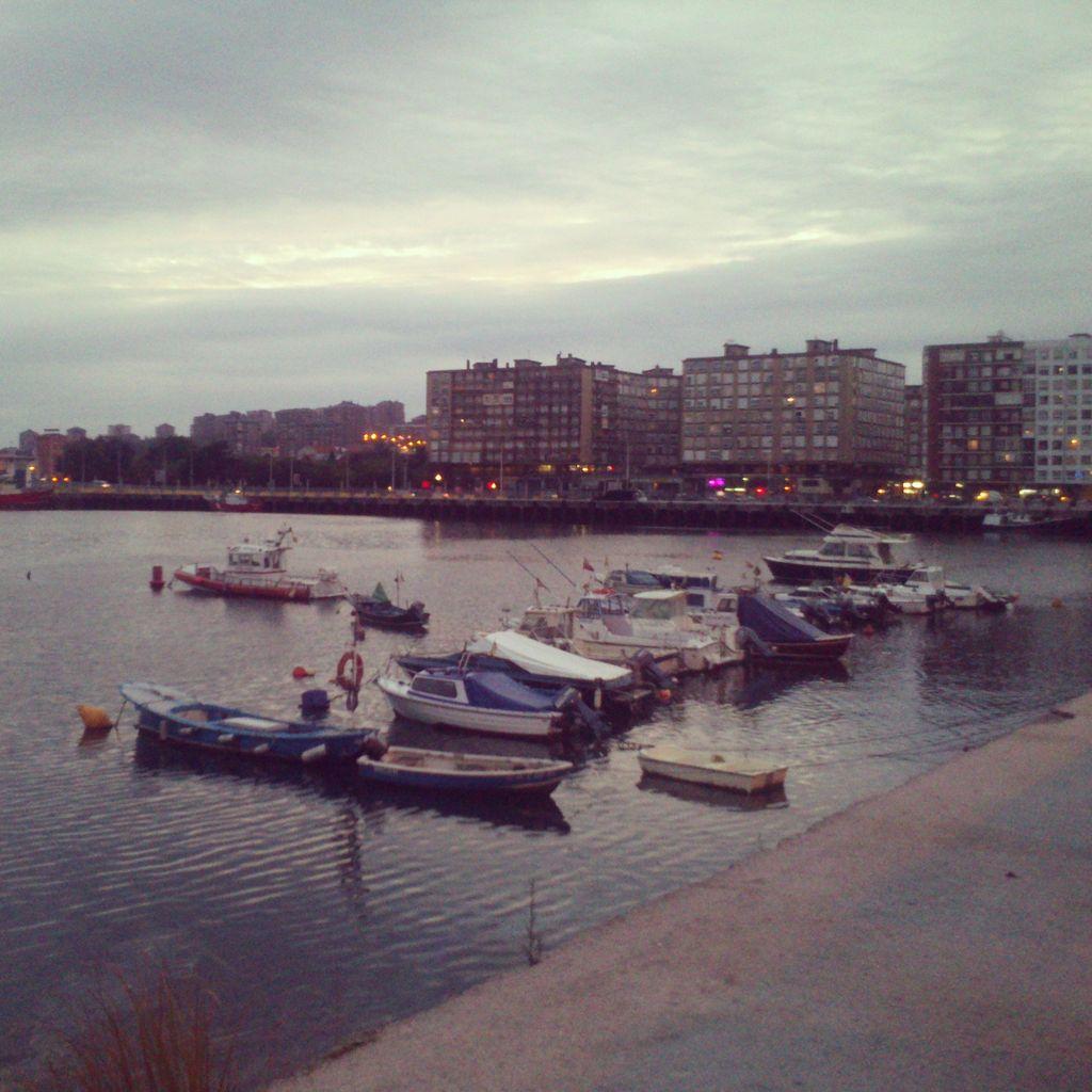 'Anochece en la dársena de los pobres'. Foto del cuadro del Barrio Pesquero donde atracan sus botes aquellos que no tienen un atraque oficial. Autor: José Mario Graña