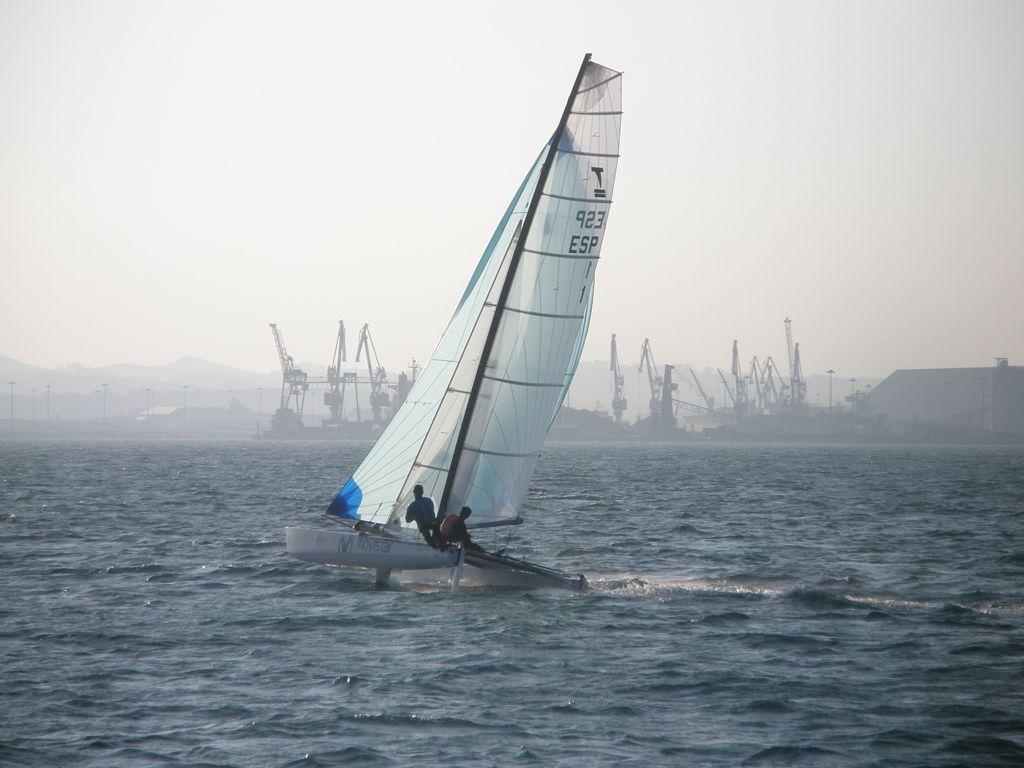 'Navegando la bahía'. Foto tomada desde la lancha a Pedreña un dia de viento sur con el puerto de Santander al fondo. Autora: Loles Rubio