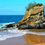 'Las aguas que se abrazan'. Fotografía tomada en la playa del Camello, un día de marea alta, en el que las aguas, divididas por la roca de Neptuno, se llegan a unir. Autora: Loreto Fernández