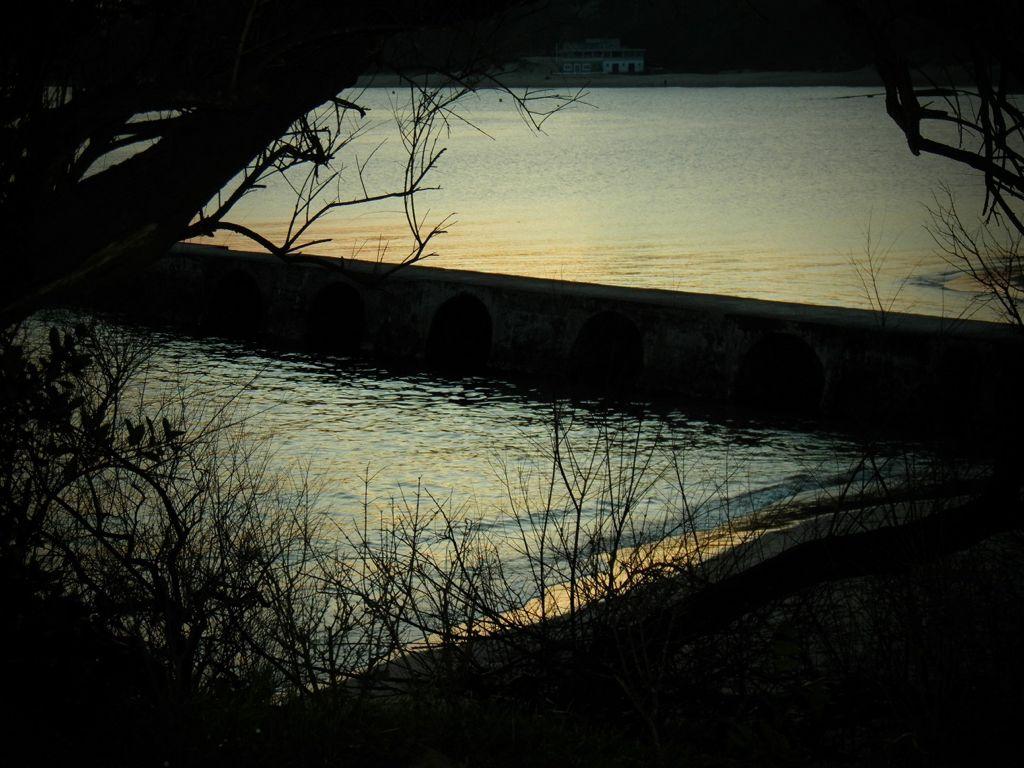'Tranquilidad que impacienta'. Imagen del espigón de la playa de Bikinis, una tarde de Marzo, en la que la calma de la mar puede llegar a impacientar. Autora: Loreto Fernández