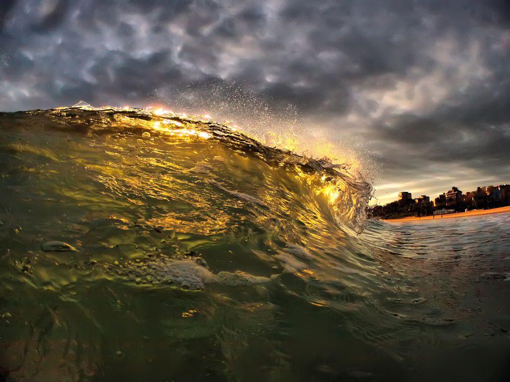 'Oro líquido'. Las luces de un amanecer de otoño pintando de oro las aguas del mar Cantábrico. Autor: Luis Ángel Serrano