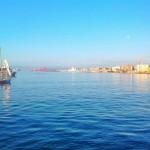 La luna no quiere irse de la bahía de Santander