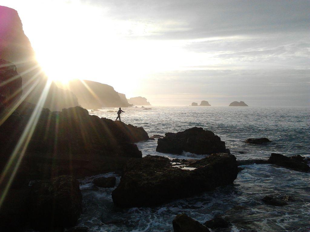 'De pesca por Usgo'. Últimos rayos de sol antes de esconderse tras los acantilados. Autor: Manuel Barreda