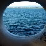 'Cotilleando'. En la visita al buque escuela Juan Sebastián de ElCano, me asome a ver que se veía por un agujero en el casco. Y lo que se veía era la bahía más bonita del mundo, el mar y la montaña compartiendo plano. Autora: Pilar Fernández Vélez