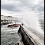 'Día de sur'. Un barca de Los Reginas llega tambaleándose al embarcadero de Santander. Autor: Rafael Pérez