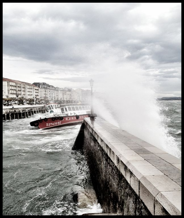 Día de sur. Un barca de Los Reginas llega tambaleándose al embarcadero de Santander. Autor: Rafael Pérez