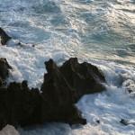 'Mar Rugiendo'. Momento en el que una ola rompe contra las rocas del pequeño acantilado que se encuentra en el pequeño zoo de la Magdalena. Autora: Raquel Palencia