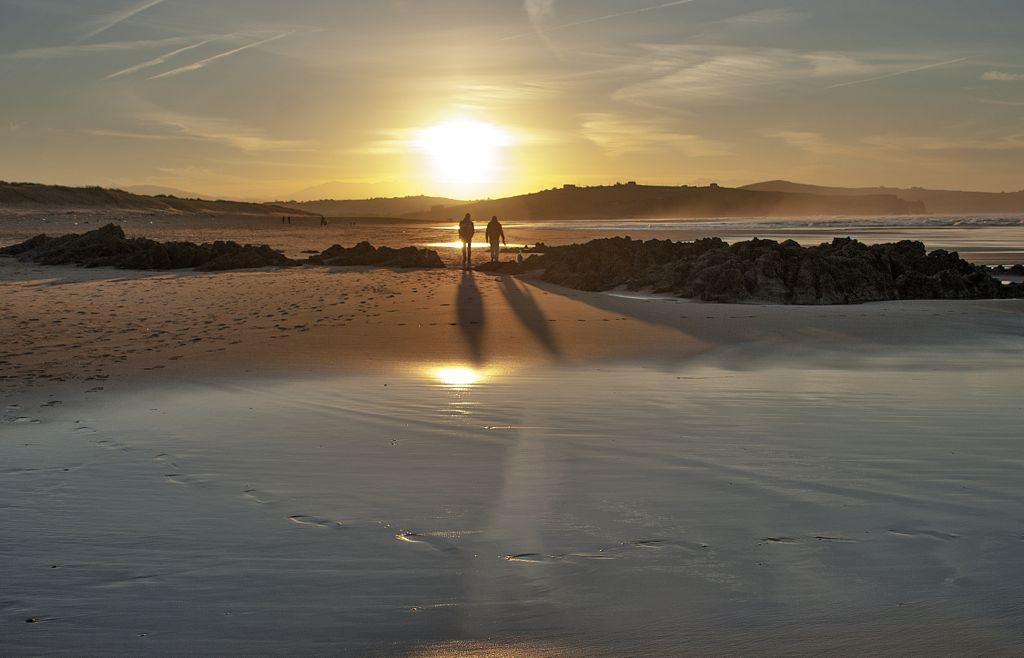 'Luz y sombras'. Liencres es de esas playas que todo el mundo quiere fotografiar. De hecho, no existe atardecer soleado que no congregue a grupos de personas para inmortalizar el momento. Da igual que sea verano o invierno, da igual que seas turista o no, da igual que la hayas fotografiado cien veces... siempre es espectacular. Autora: Rosa Ruiz Vellón