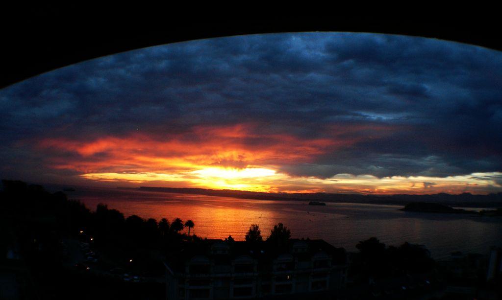 'Esto es Santander'. En ella aparece un amanecer otoñal fotografiado desde Valdenoja, y al fondo la zona de Somo. Autora: Sara Castro