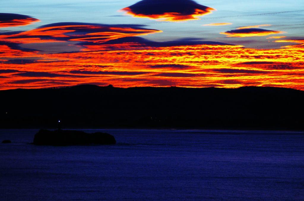 'Santander se tiñe de color'. En ella aparece un amanecer otoñal fotografiado desde Valdenoja, y al fondo la zona de Somo. Autora: Sara Castro