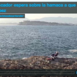 Un pescador espera sobre la hamaca a que pique algún pez