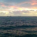 Horizonte naviero sobre cielo nuboso y mar picada