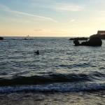 Pescando con el agua al cuello en la playa del Camello