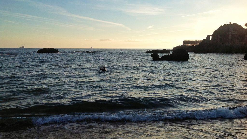 pescador-en-el-agua-de-la-playa-del-camello-en-santander