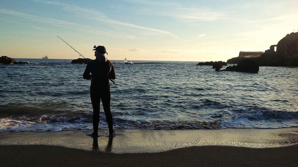 pescando-con-el-agua-al-cuello-en-la-playa-del-camello-en-santander