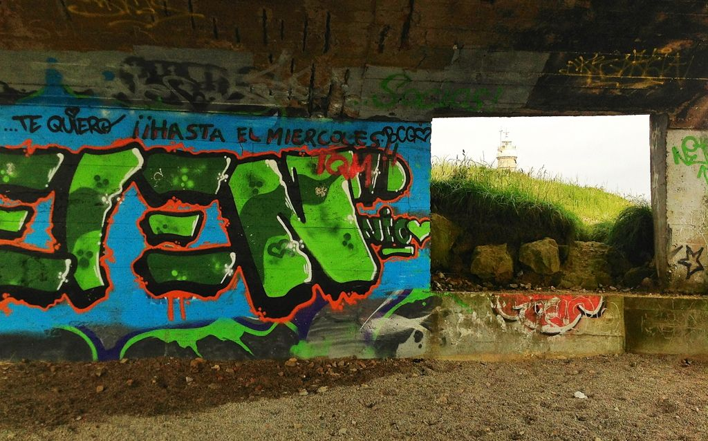 grafitis junto al faro de santander