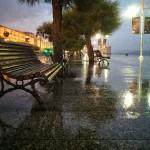 Día de lluvia, banco vacío