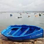 Una vieja chalupa azul resiste en Raos