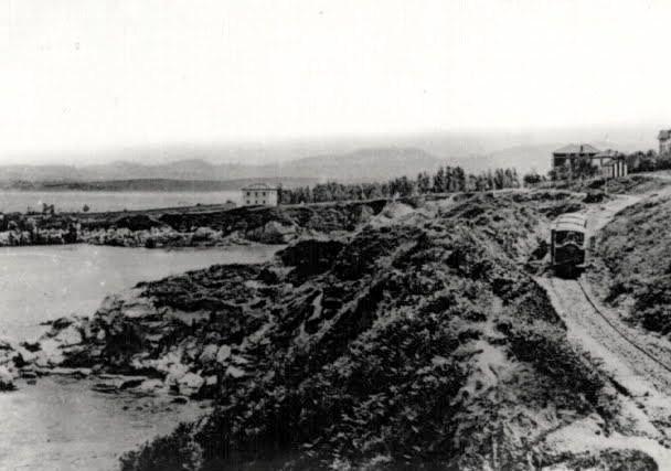 el-tren-de-gandarillas-por-la-ensenada-del-camello-1900