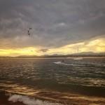 Volando en 'kite surf' hacia el Puntal