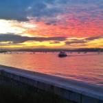 Los Reginas cruzan la bahía bajo un cielo color fuego