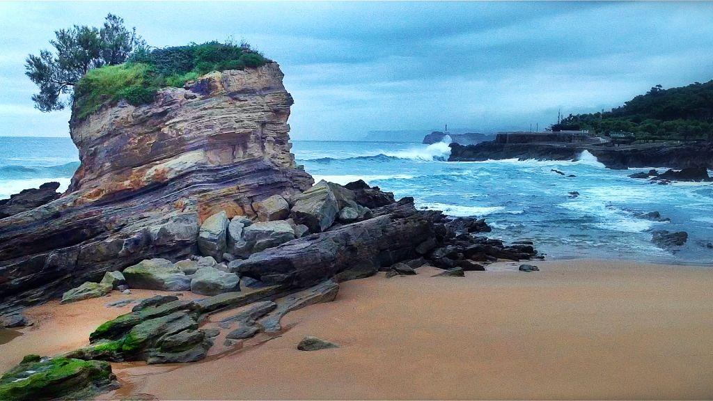 olas-rompen-en-la-playa-del-camello-santander