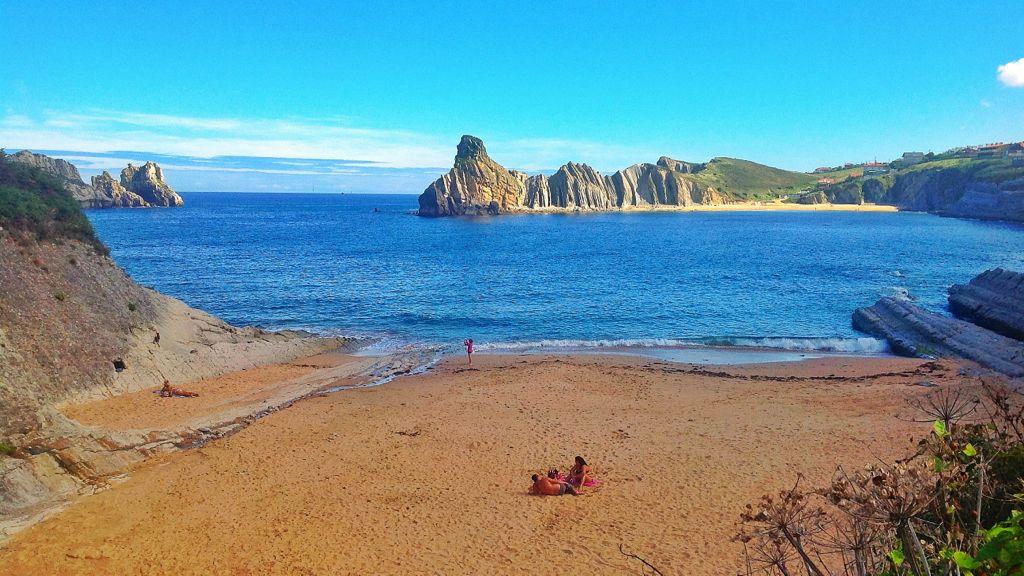 playa-cerrias-cantabria-la-arnia