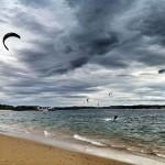 Tarde de 'kite surf' en la bahía de Santander