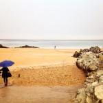Con lluvia al borde del mar