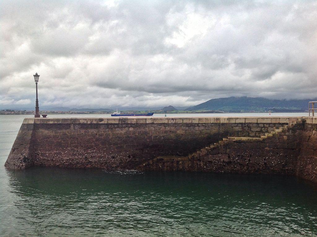 farola-muelle-santander-barco