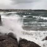 Va de olas que golpean rocas e hipnotizan