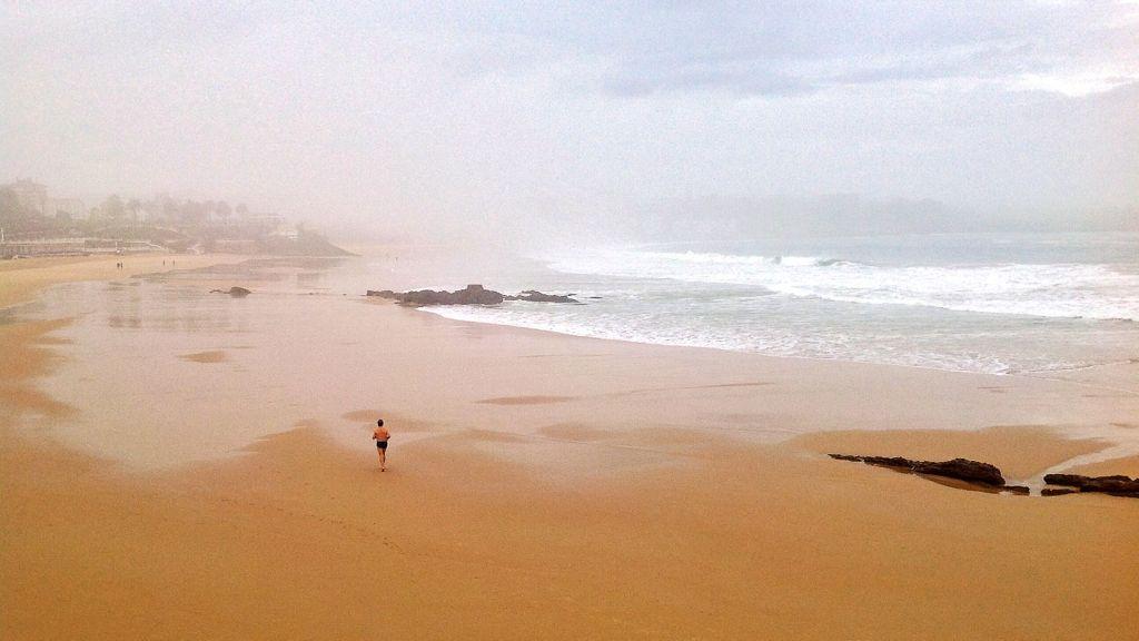 sardinero-niebla-hombre-corriendo