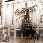 El cine Coliseum con un inmenso árbol de Navidad en la fachada