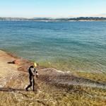 Nadar en la bahía con los montes de Soba nevados