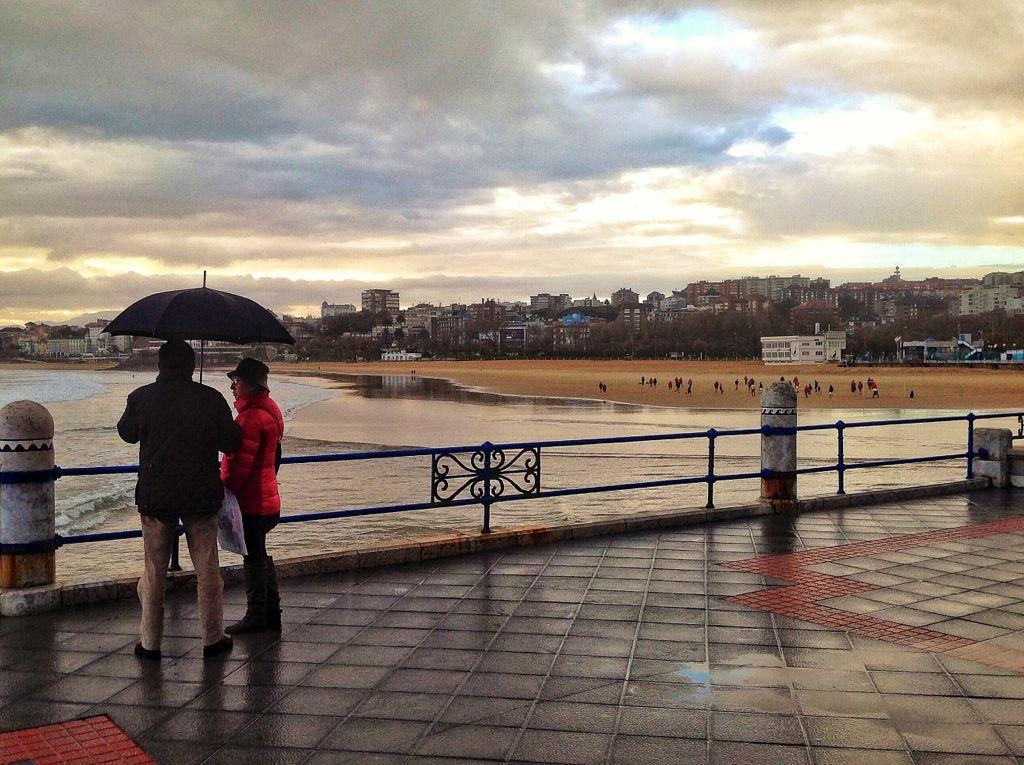 paseo-chiqui-paraguas-lluvia-santander