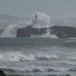 Las olas le pegan un abrazo al faro de la isla de Mouro