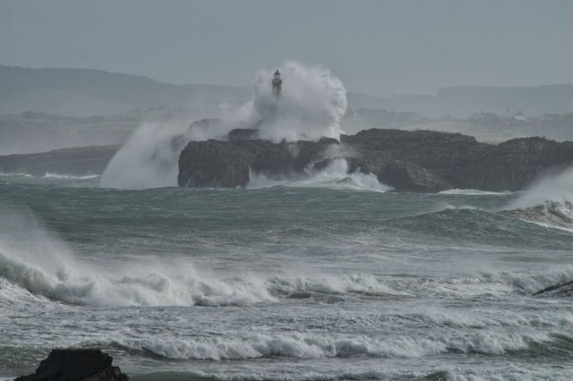 olas-faro-isla-mouro-santander