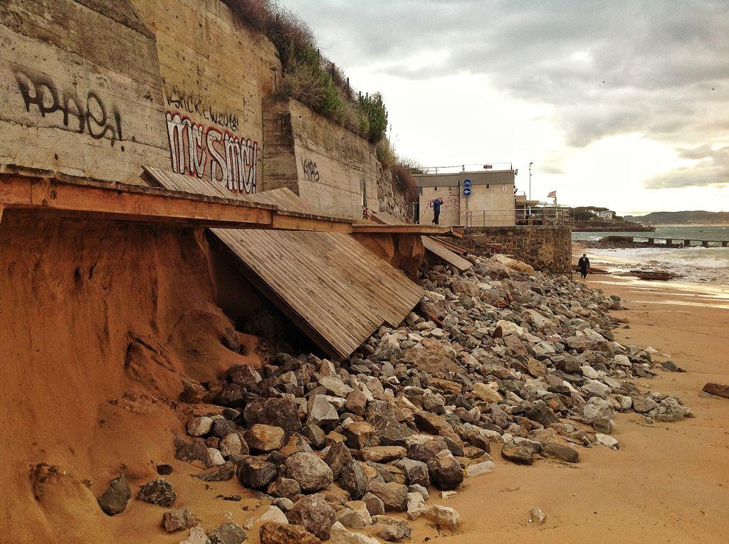 pasarela-peligros-playa-piedras