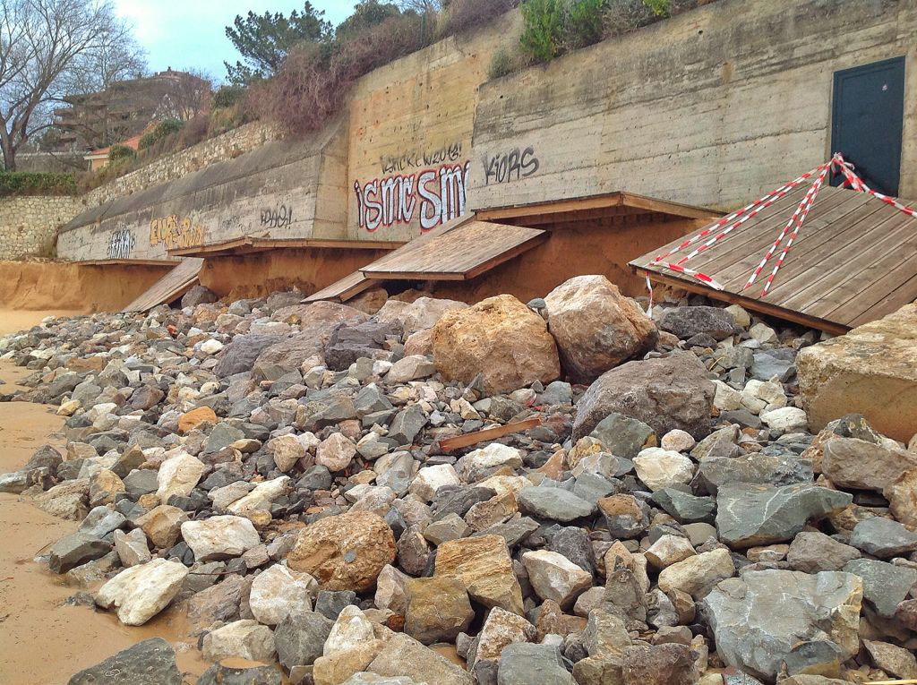 pasarela-playa-peligros-piedras