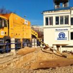 Achicando agua y arena de los bajos del Cormorán