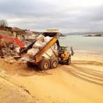 Arreglando el muro de la playa de la Magdalena